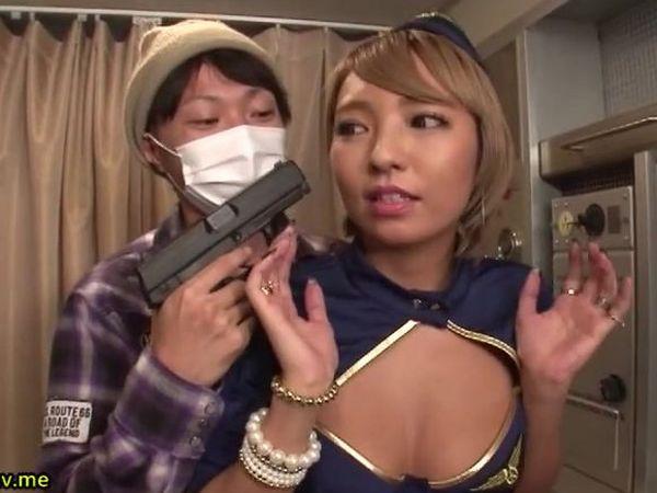 ハイジャック犯に拳銃で脅される黒ギャルキャビンアテンダント HIKARI