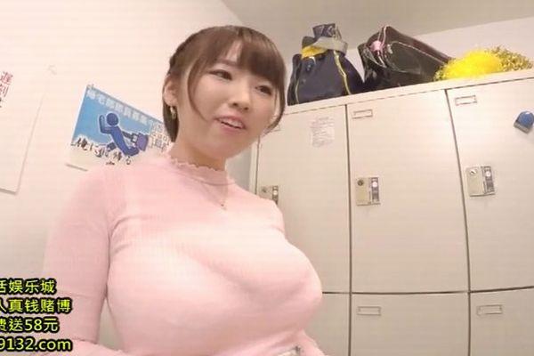 先輩を励まそうとするJカップ爆乳の後輩 松本菜奈実