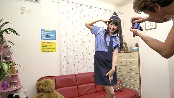 婦人警官コスプレで撮影