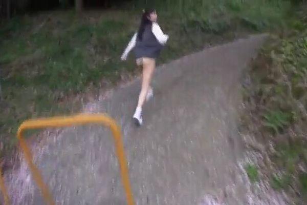 レイプ魔たちから半裸で必死に逃走する女子校生 吉川いと