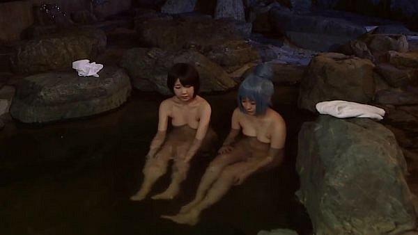 温泉を楽しむ二人