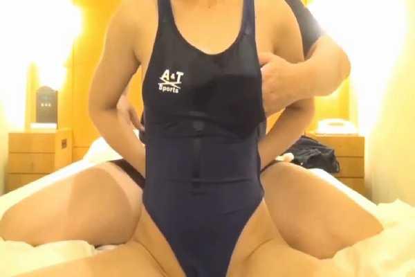 競泳水着を着た葵こはるが無修正作品に素人として出演