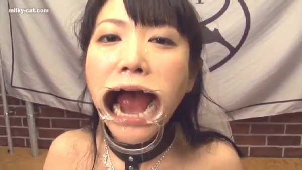 ザーメンブッカケのために開口器で強制的に口を開けられる日高ゆりあ
